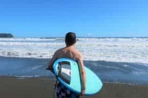 海に向かう男性