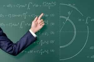黒板の前で教える男性