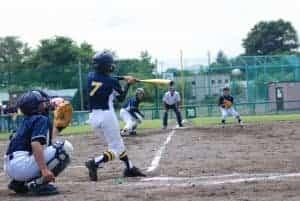 野球をする少年