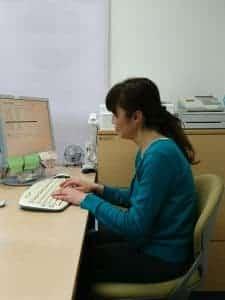 悪い姿勢で働く女性