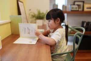 子供が勉強している