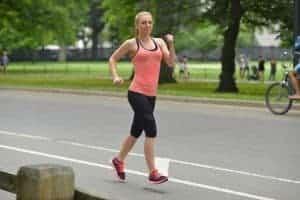 反り腰で走る女性
