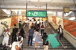 JR藤沢駅方面の階段