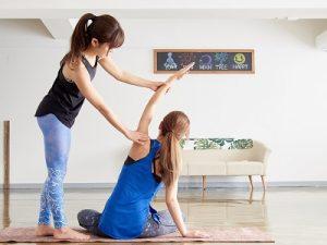 背骨を動かす女性