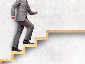 階段を上る男性