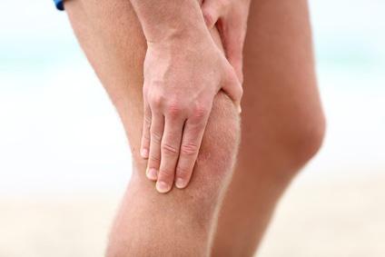 膝を抑える男性