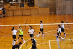 バレーボールをする学生