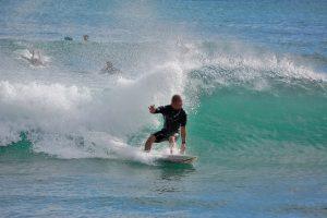 波の乗る男性