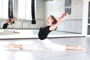 バレエで開脚をする女性
